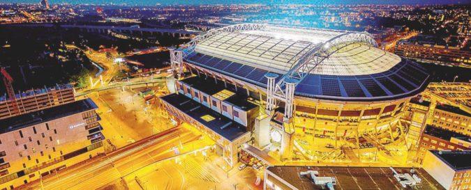 Lo stadio dell'Ajax s'illumina con le auto elettriche