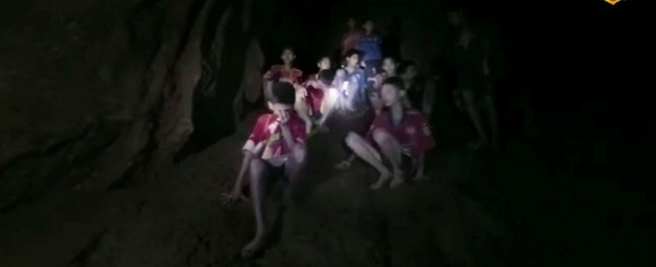 """Thailandia, i ragazzi trovati vivi in una grotta potrebbero restare lì per mesi. I soccorritori: """"Non li perderemo"""""""