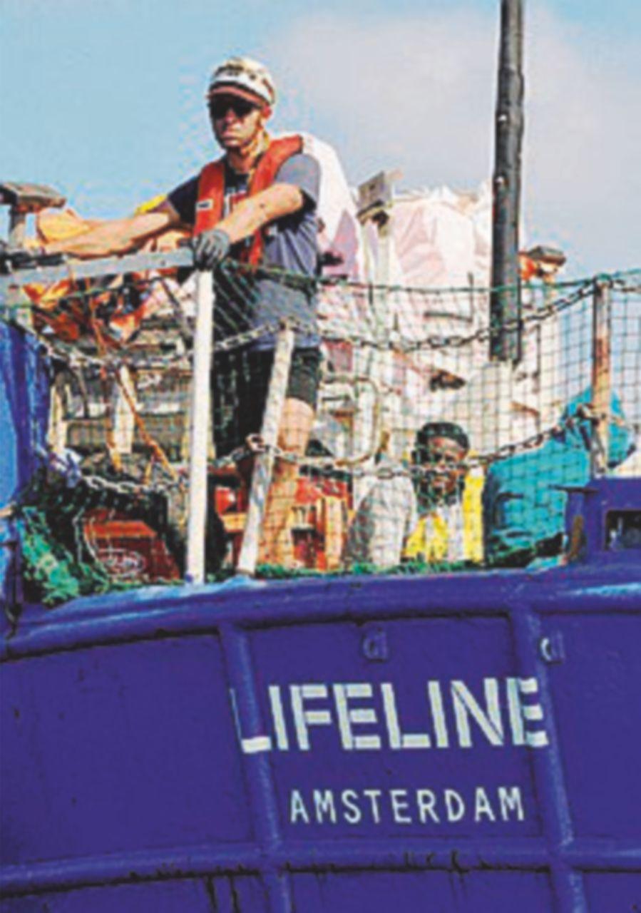 """Accolti a Parigi 52 richiedenti asilo della """"Lifeline"""""""