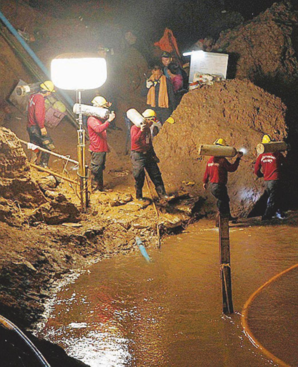 Tempi lunghi per salvare i 12 bloccati in grotta dalle piogge
