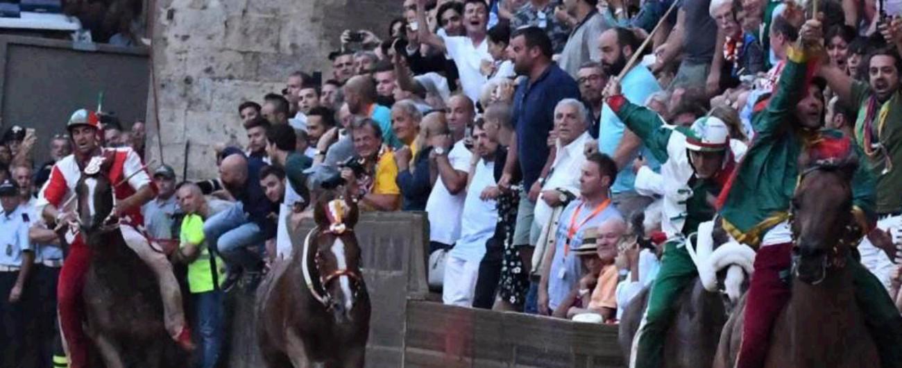Palio di Siena, fantino della Chiocciola cade in curva: gravi le sue condizioni