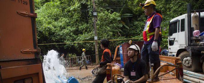 Thailandia, torrenti deviati e maschere speciali: corsa contro il tempo per portare fuori dalla grotta i ragazzini