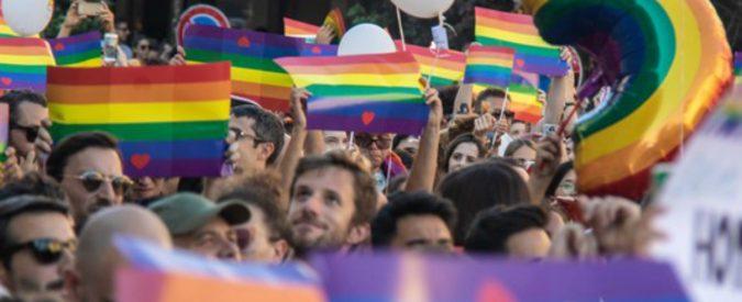 Gpa: per Marco Carta è inumana, a Milano il consiglio si spacca sui papà gay. Facciamo chiarezza