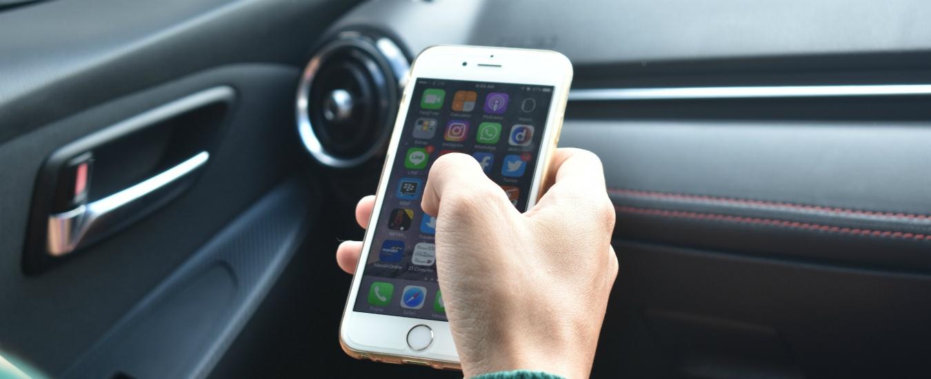 Comprare un'auto, dal concessionario a Whatsapp. Oggi le macchine si acquistano sui social