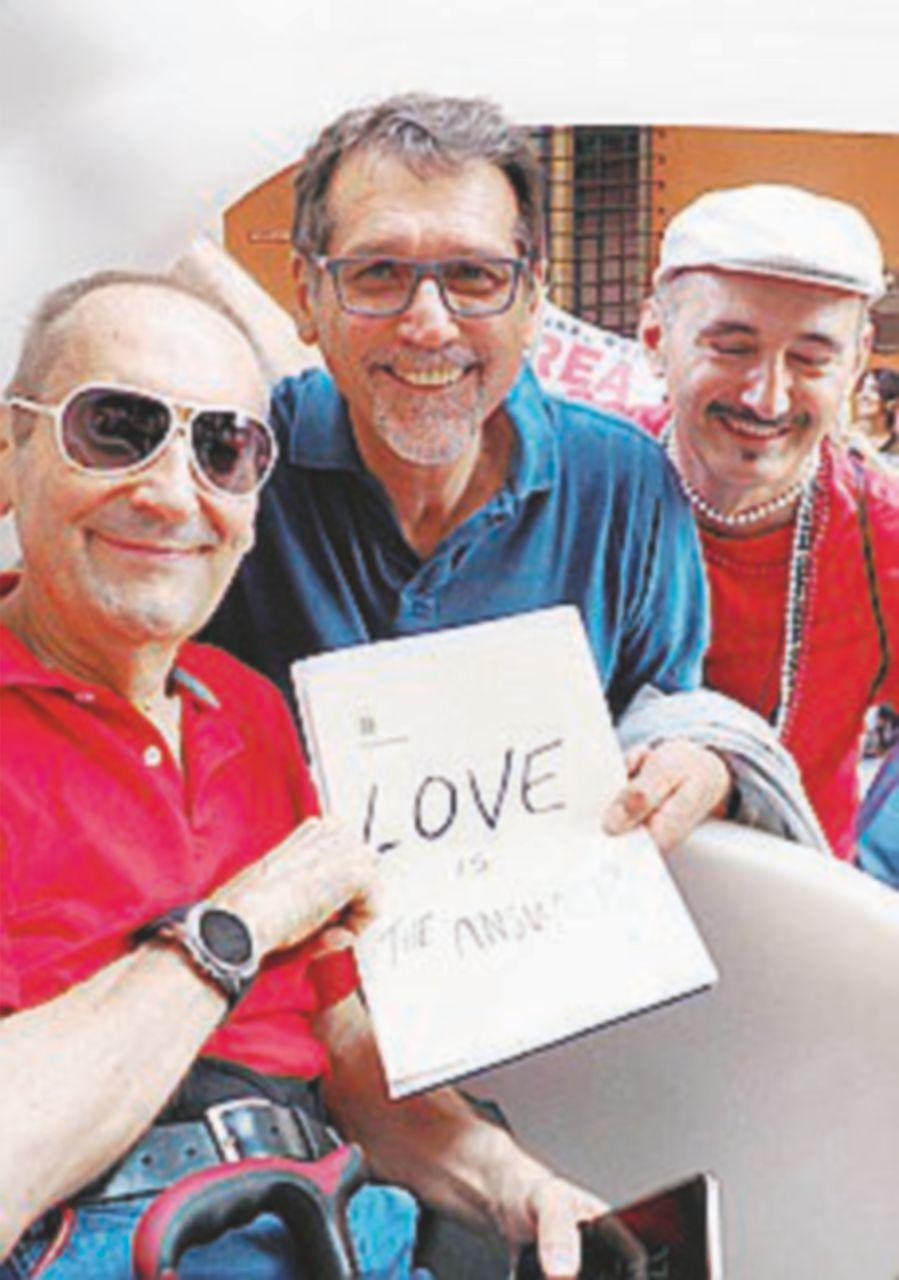 Gay Pride, il bacio alla legale minacciata e il cartello del sindaco