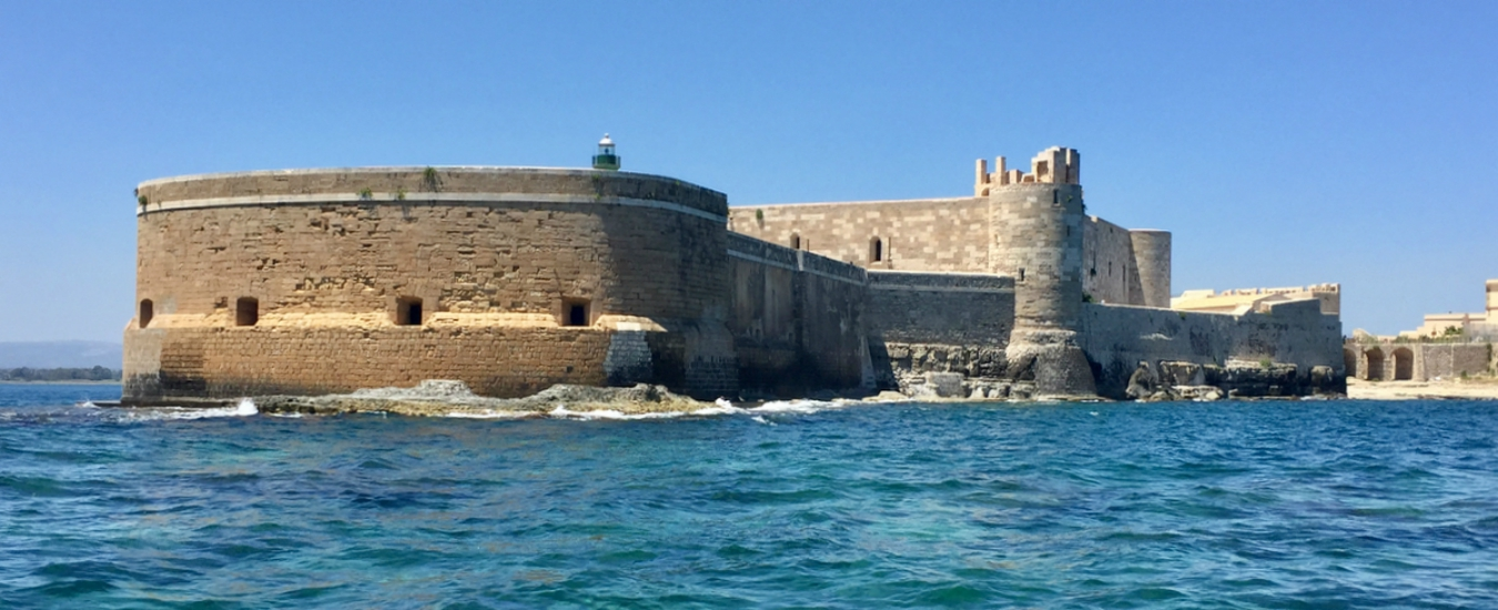 Siracusa, cemento armato davanti al Castello. In Sicilia il patrimonio culturale si 'valorizza' così