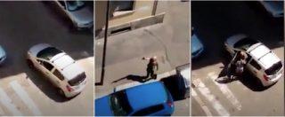 """Torino, in strada con la pistola in pugno: """"Vieni qua, ti ammazzo come i cani"""". La scena ripresa da un residente"""