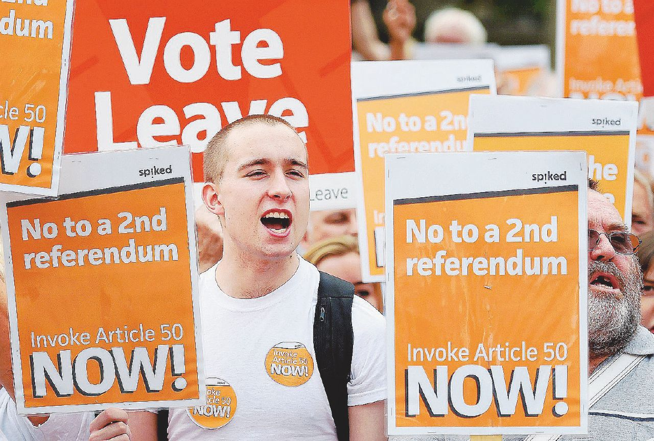 Rivolta contro la May: una Brexit senza rete