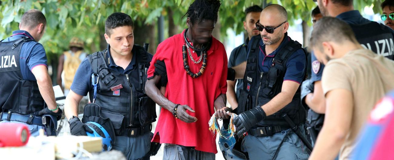 Milano, blitz delle forze dell'ordine tra i migranti accampati a Porta Venezia. Scambio di accuse tra Pd e centrodestra