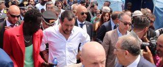 """Migranti, Salvini alla tendopoli di San Ferdinando tra strette di mano e contestazioni: """"Occorrono regole"""""""