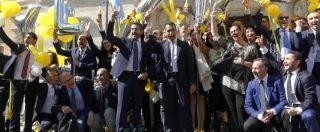 """Vitalizi, spumante e palloncini gialli: la festa del M5s sotto Montecitorio. Di Maio: """"Dedicato a vittime legge Fornero"""""""