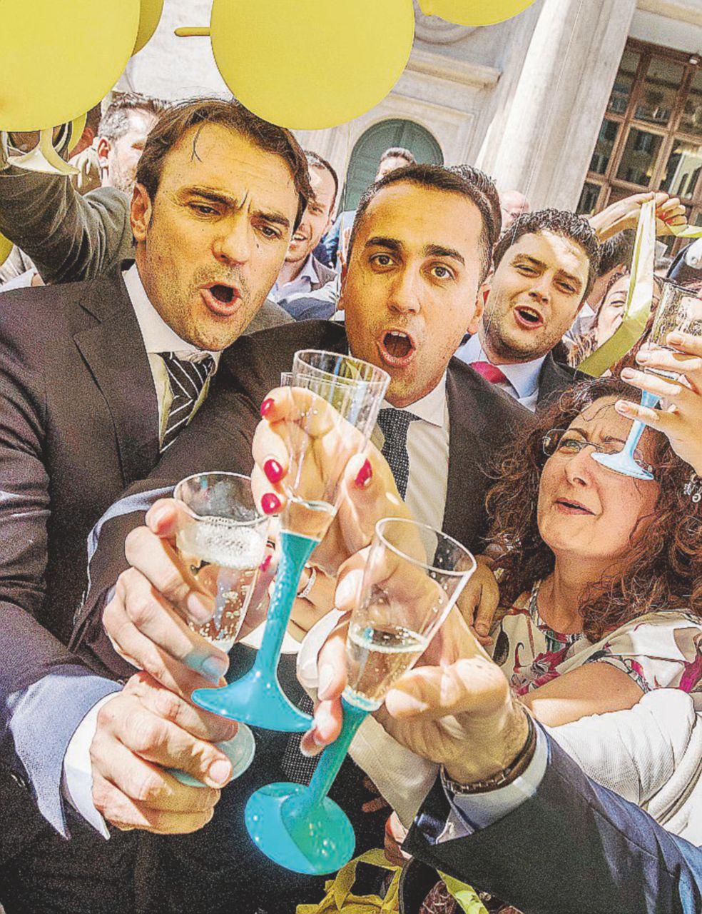 """""""Bye Bye"""", la festa in piazza con Di Maio senza voce"""