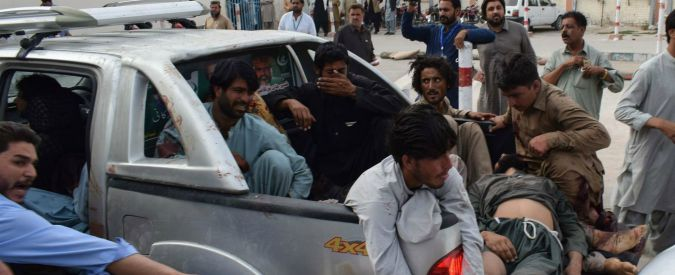 """Pakistan, """"kamikaze di Isis fa strage"""": 128 morti e 200 feriti durante un comizio"""