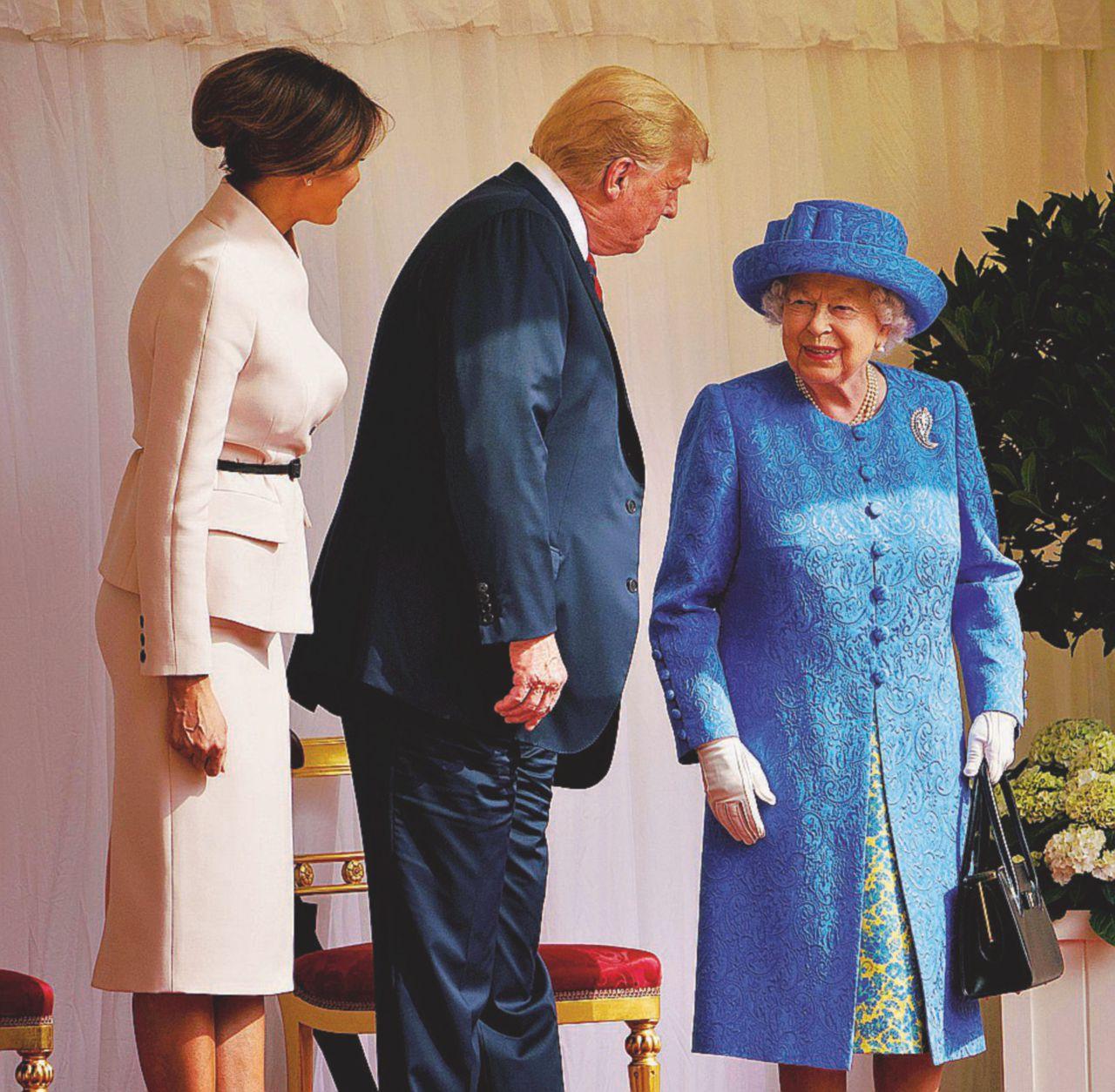 La regina d'Inghilterra era Trump: May sbranata