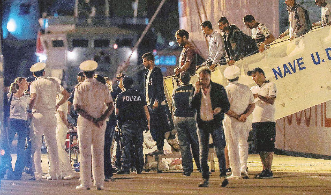 In Edicola sul Fatto del 14 luglio: Libia, partito un altro barcone. Italia: stop a navi militari Ue