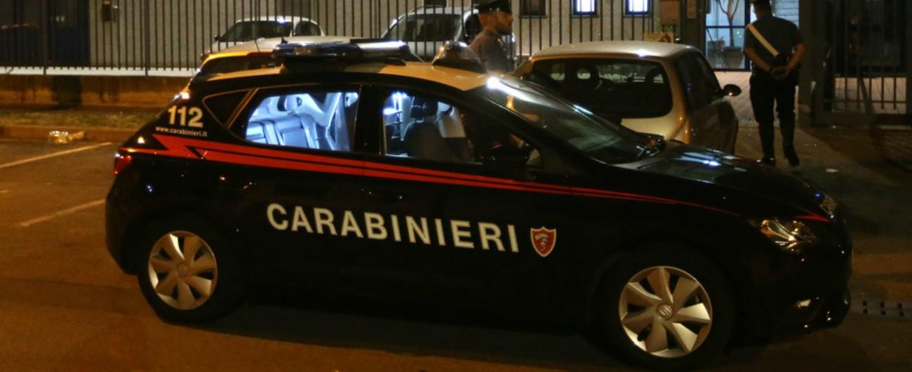 Bari, si barrica in casa con un fucile da caccia: i carabinieri fanno irruzione e lo bloccano