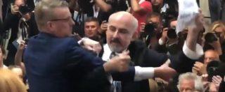 Incontro Trump-Putin, giornalista Usa portato via a forza dalla sala: protestava per la politica nucleare