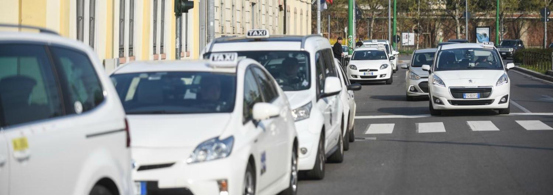 """Malpensa, taxista rifiutò la corsa a due invalidi perché il tragitto """"era troppo breve"""": sospesa la licenza"""
