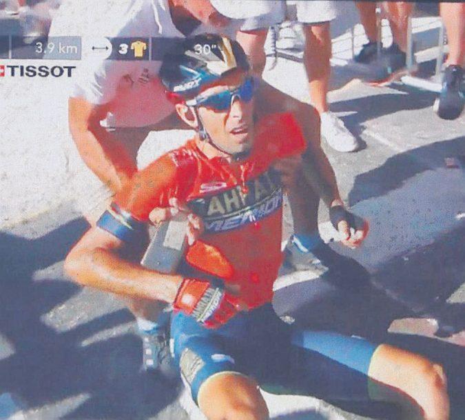 Che gaffe al Tour: la polizia travolge Nibali