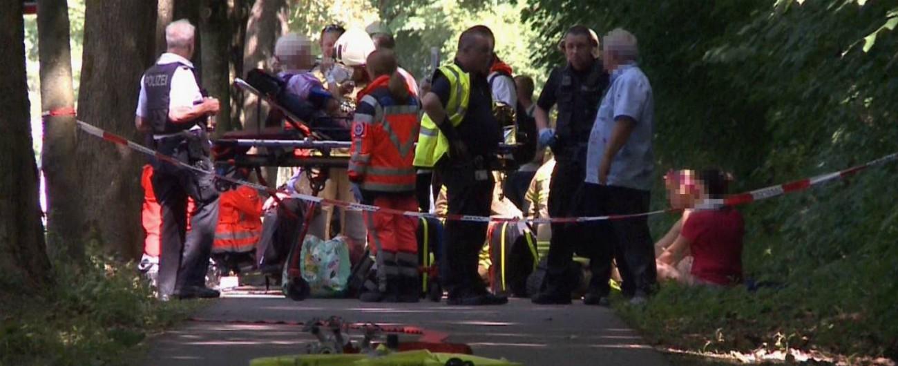 """Germania, attacco con coltello su un bus a Lubecca. Polizia: """"Sono otto i feriti"""". L'uomo fermato dagli stessi passeggeri"""