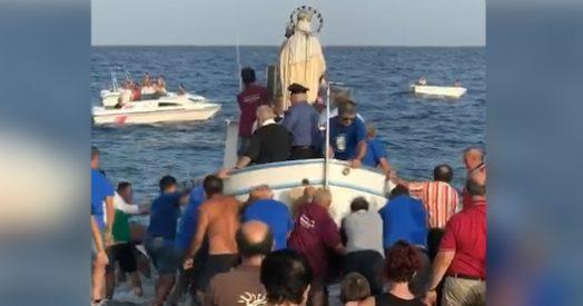 roccalumera, la processione per la madonna è un disastro: sindaco e statua in mare - video