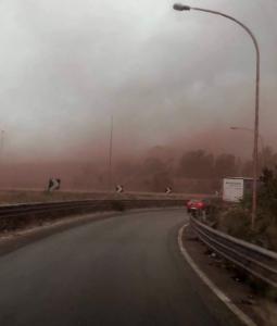 Ilva, vento forte a Taranto: le polveri di minerale oscurano