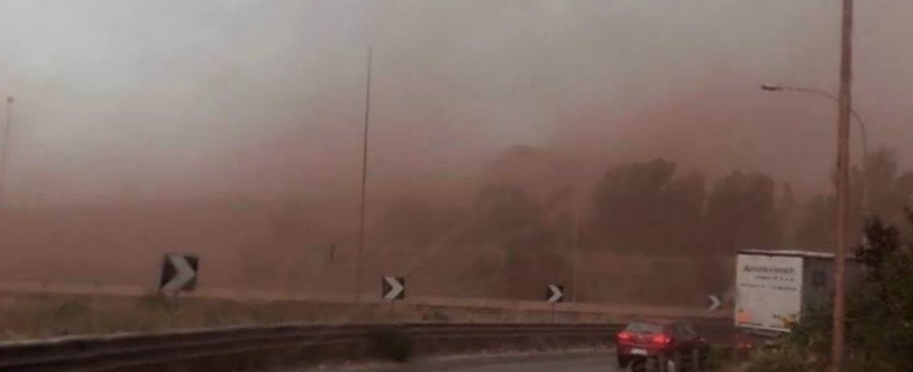 """Ilva, vento forte a Taranto: le polveri di minerale oscurano il cielo. Il deputato M5s Vianello: """"Il mostro va chiuso"""""""