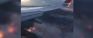 Incendi Grecia, centinaia di roghi e colonne di fumo nero: il video sopra Atene di un passeggero di un aereo di linea