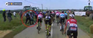 Tour de France, altra follia dopo il caso Nibali: spray al peperoncino della gendarmerie colpisce i corridori. Gara sospesa
