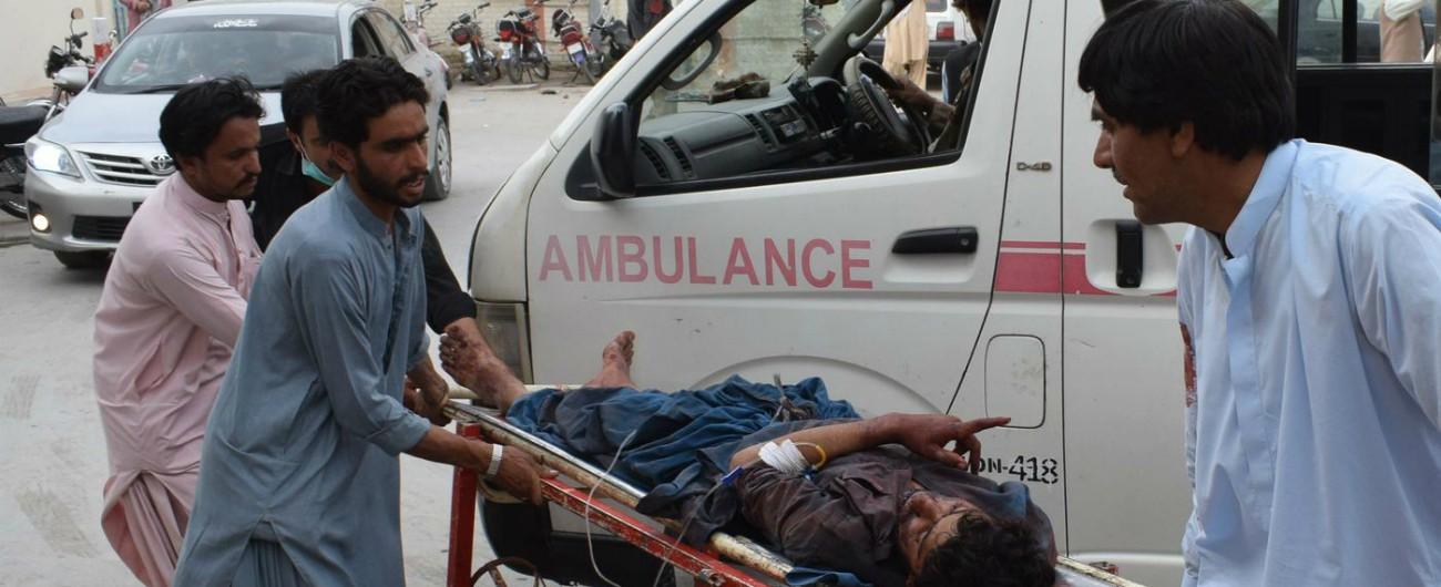 """Elezioni Pakistan, attentato nel giorno del voto: 28 morti in un seggio. """"Attacco suicida, un uomo si è fatto esplodere"""""""