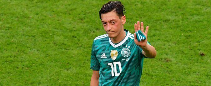 Germania, Ozil lascia la nazionale e parla di razzismo. I problemi della Merkel si riflettono nel calcio