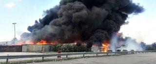 Napoli, grosso incendio in un impianto di raccolta rifiuti a Caivano: un intossicato. Vigili al lavoro