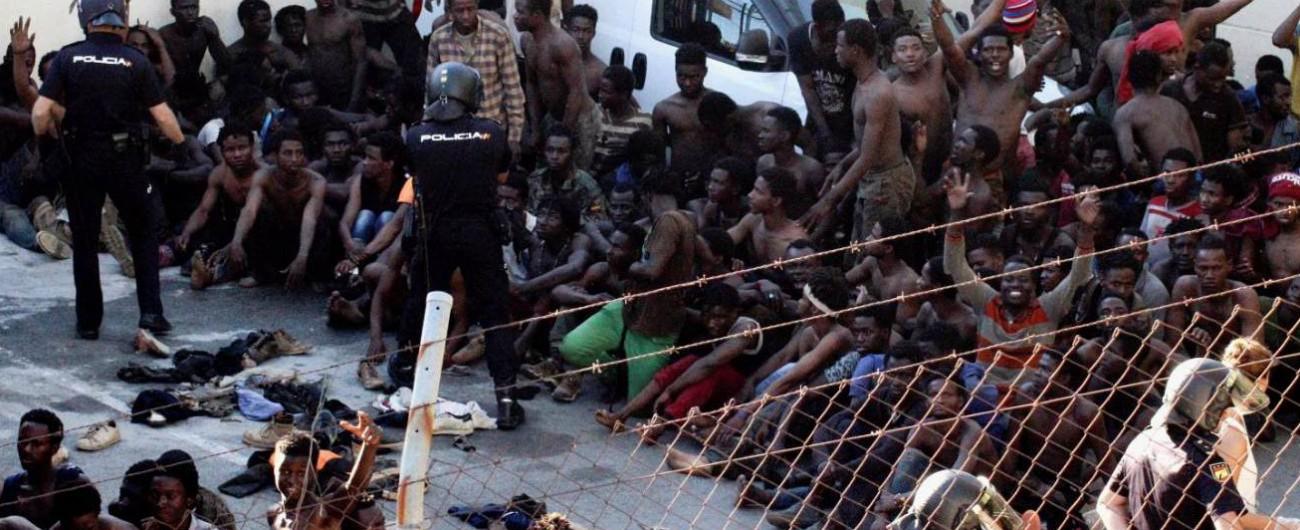 """Migranti, forzata la barriera di Ceuta: battaglia con polizia, 154 feriti. """"In 600 sono riusciti a entrare in Spagna"""""""