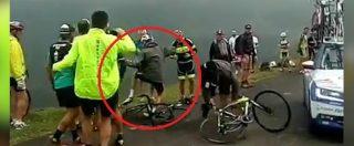 Tour de France, le follie non finiscono più: Froome scambiato per un tifoso se la deve vedere con la gendarmerie