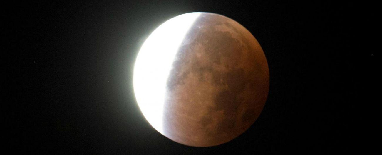 Eclissi totale di luna, occhi all'insù per la più lunga del secolo: appuntamento a partire dalle 21.30