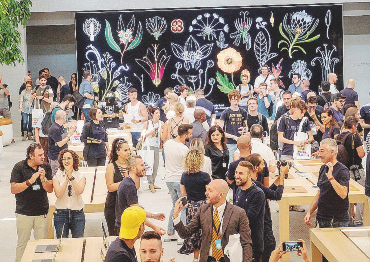 Pellegrinaggio alla Apple, ma è soltanto un negozio