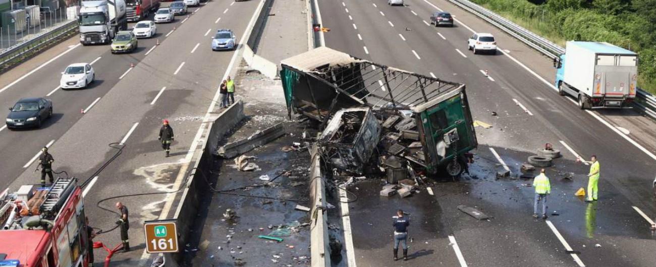 A4, camion in fiamme dopo lo schianto: tratto interrotto e traffico paralizzato in direzione Milano