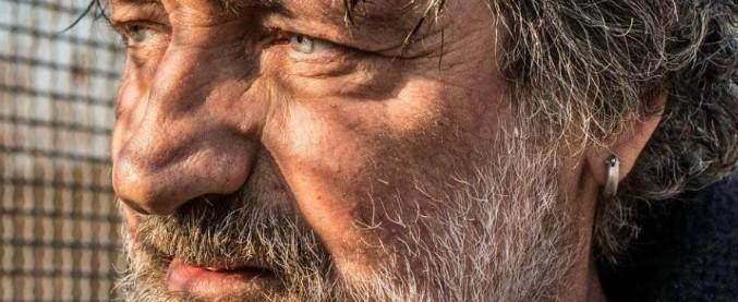 """Milano, aggredito Enrico Nascimbeni scrittore vicino ai Sentinelli: """"Sporco comunista di m…"""""""