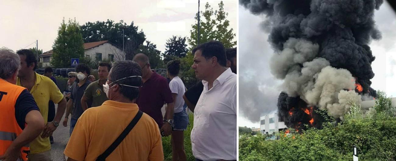 """Versilia, allarme per un incendio in ditta di materiali plastici. Usl: """"In tutti i paesi della zona bisogna stare al chiuso"""""""