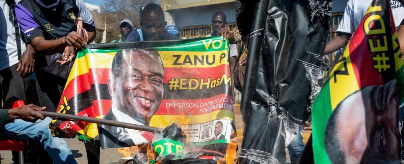 """Elezioni Zimbabwe, Mnangagwa vince con il 50,8%. Lo sfidante: """"Voto truccato"""". E la polizia interrompe la sua conferenza"""
