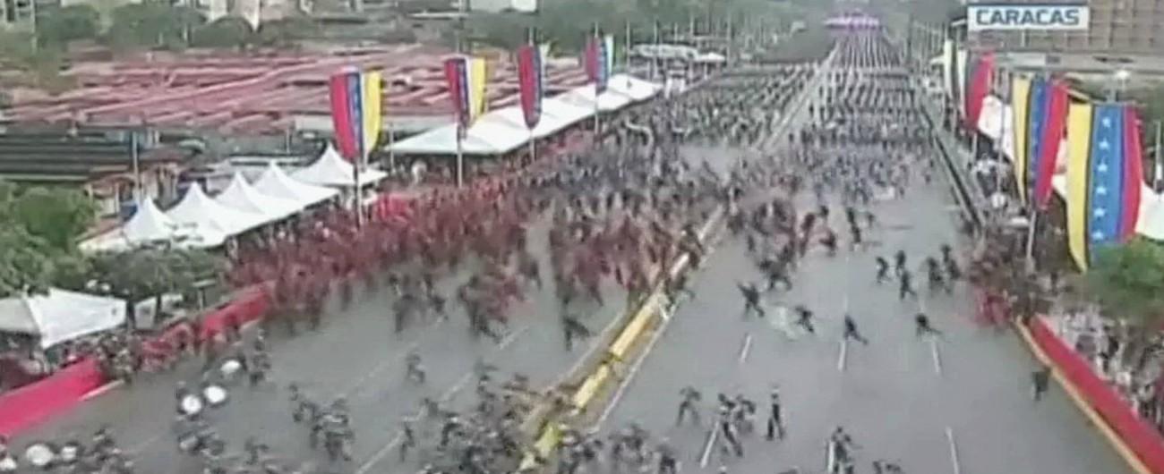 """Venezuela, attentato contro Maduro: esplosivi dai droni, 7 militari feriti. Il presidente illeso: """"Dietro la Colombia"""""""