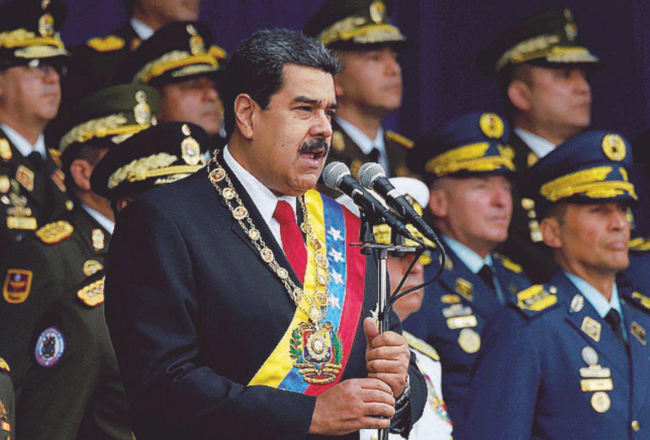I droni, le bombe, le accuse ai colombiani. Assedio totale: Maduro si sente agli sgoccioli