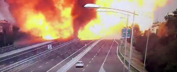"""Incendio Bologna, le testimonianze di chi era vicino all'esplosione: """"C'era gente che scappava con le braccia ustionate"""""""