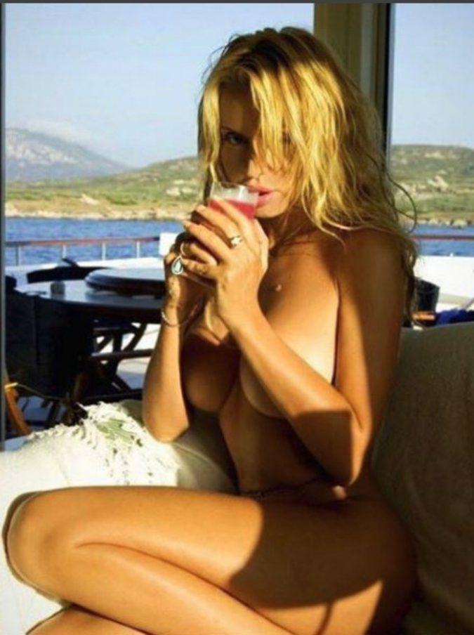 Temptation Island Vip, la 'regina' Valeria Marini ha baciato il giovane corteggiatore. Lui però non ha retto: l'imbarazzante puzzetta
