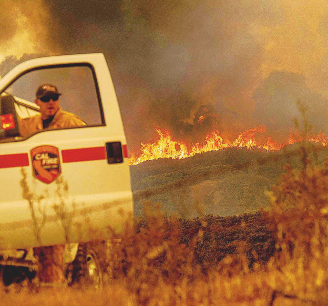 Il  fuoco devasta la California. Brucia un'area grande come L.A.