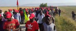 """Foggia, la marcia dei berretti rossi per i diritti dei braccianti. Usb: """"Governo si è mosso solo dopo i morti"""""""