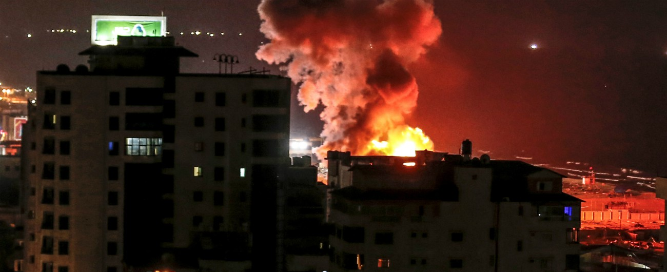 """Gaza, notte di guerra: 3 morti, tra cui una donna incinta e la figlia. Hamas: """"Israele vuole ostacolare i colloqui di pace"""""""