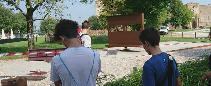 """Mantova, 14enne muore schiacciato da una panchina-monumento ai giardinetti. """"Ha ceduto il piedistallo che la reggeva"""""""