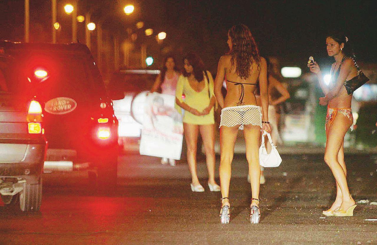 Niente app, siamo in Romagna: il sesso a pagamento viaggia su biglietti da visita