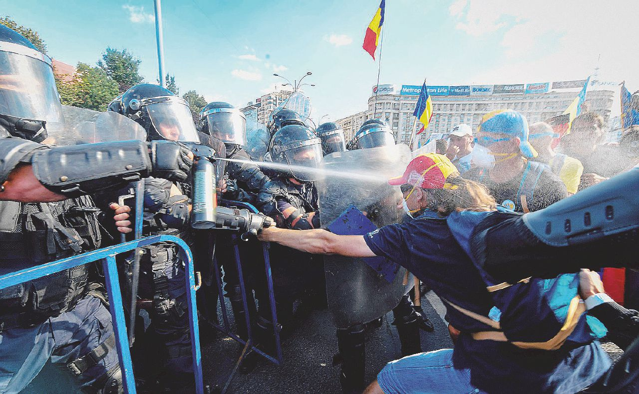 I romeni tornano a casa: tutti in piazza contro il governo